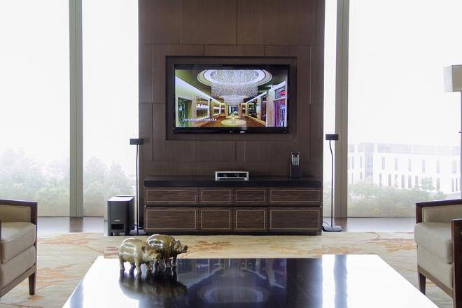 Phòng có 3 tivi lớn 47 inch cùng hệ thống âm thanh hiện đại. Một đặt ở phòng khách, còn lại lắp tại phòng làm việc riêng và phòng ngủ.