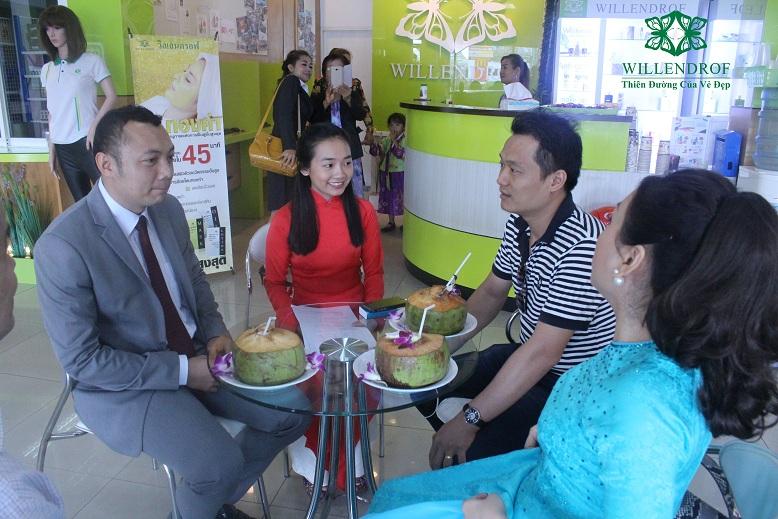 Ông Nguyễn Công Minh (thứ 2 từ phải sang), CEO Tạp chí NỮ DOANH NHÂN trao đổi thông tin với ông Thanakorn Boonvijit, Chủ tịch Willendrof.