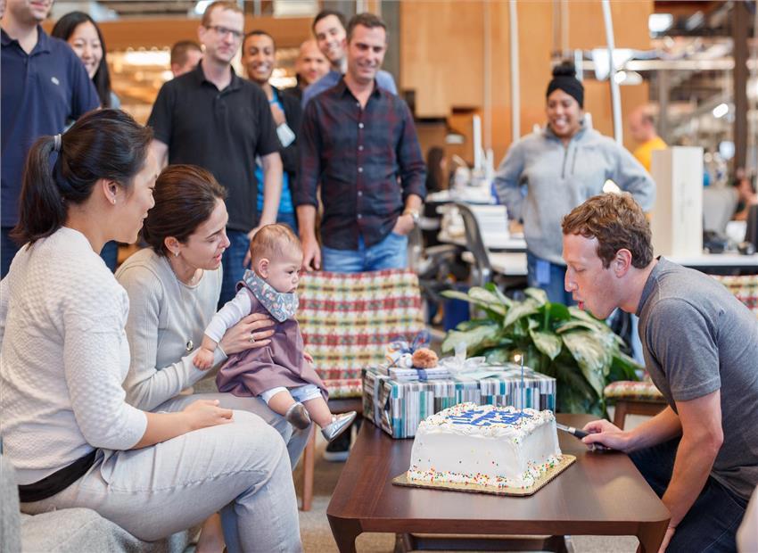 Mark Zuckerberg đón sinh nhật tuổi 32 tại trụ sở Facebook.