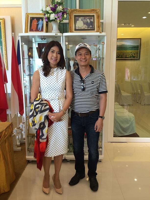 Chủ tịch Ireal Plus chụp lưu niệm cùng ông Nguyễn Công Minh, CEO Tạp chí NỮ DOANH NHÂN. Ảnh: Minh Nguyễn.