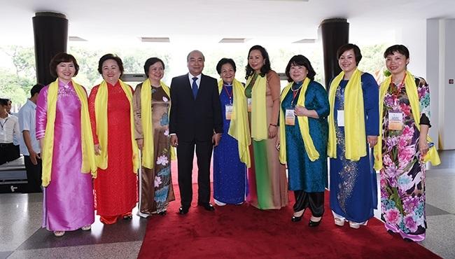Thủ tướng chụp hình lưu niệm cùng các đại biểu.