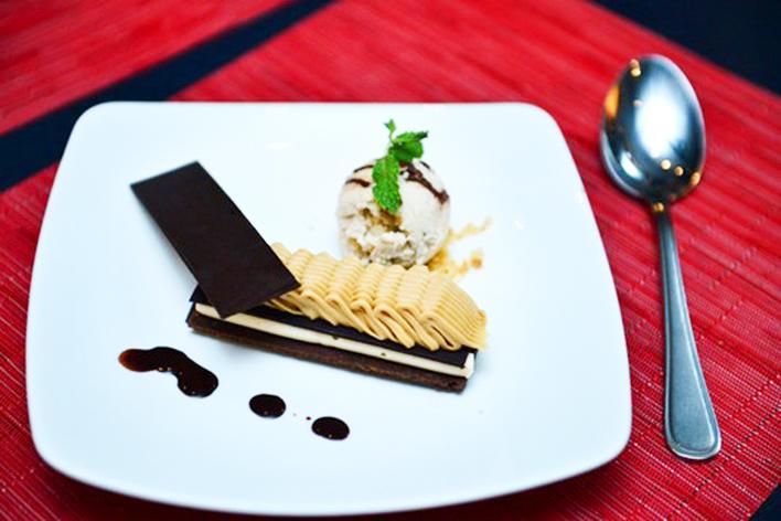 Món tráng miệng với kem và sôcôla Snickers phiên bản Hervé Rodgriguez