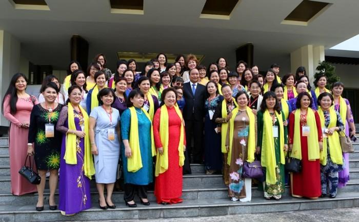 Thủ tướng chụp hình cùng các đại biểu Hiệp hội nữ doanh nhân.