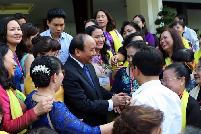 Thủ tướng trao đổi cùng các đại biểu bên ngoài buổi gặp mặt.