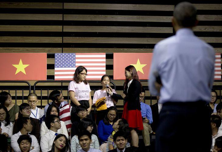 Một bạn trẻ đặt câu hỏi cho ông Obama. Ảnh: Carolyn Kaster/AP.
