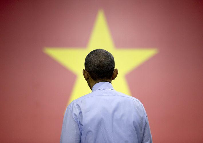 Ông Obama lắng nghe câu hỏi đặt ra từ các bạn trẻ. Ảnh: Carolyn Kaster/AP.