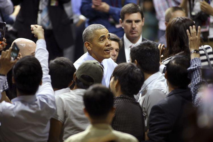 Ông Obama chào tạm biệt mọi người trước khi ra sân bay. Ảnh: Na Son Nguyen/AP.