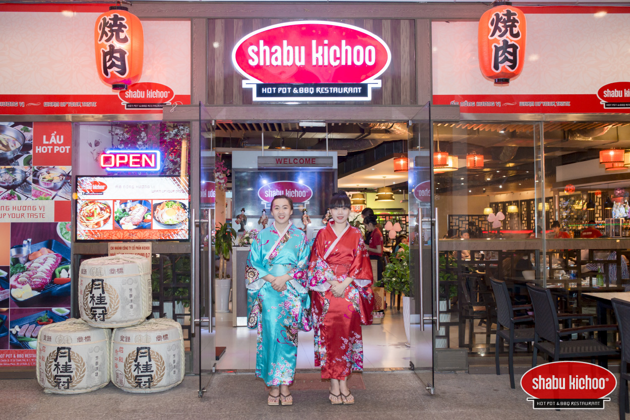 Các món ăn tại Shabu Kichoo luôn được những đầu bếp lâu năm lành nghề của nhà hàng chế biến rất chăm chút tỉ mỉ. Nguyên liệu bổ dưỡng phối hợp với các loại gia vị thảo dược tự nhiên phù hợp khẩu vị người dùng, làm nên các món ăn bổ dưỡng, không gây béo ngán.