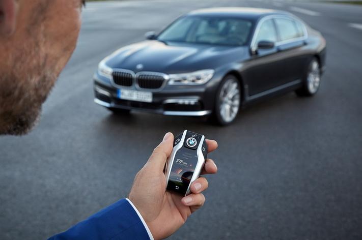 2016-BMW-750Li-xDrive-key-fob-with-touchscreen_resize