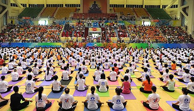 Hơn 500 người tham gia trình diễn yoga tập thể trong Ngày Quốc tế Yoga lần thứ nhất tại Việt Nam.