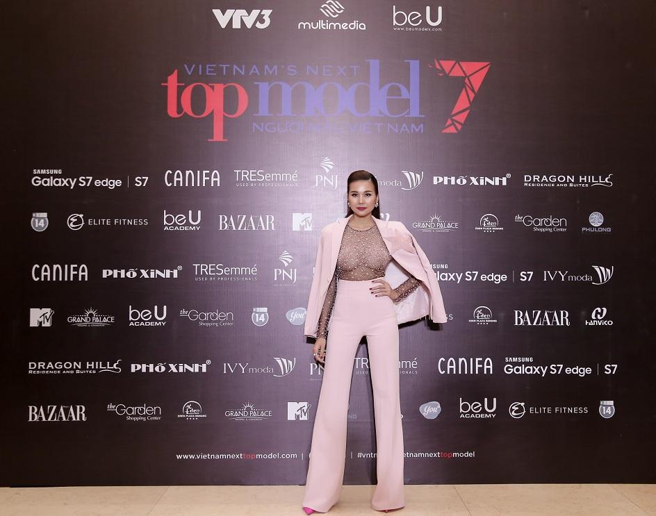 Siêu mẫu Thanh Hằng tiếp tục đảm nhiệm vai trò Host của chương trình.