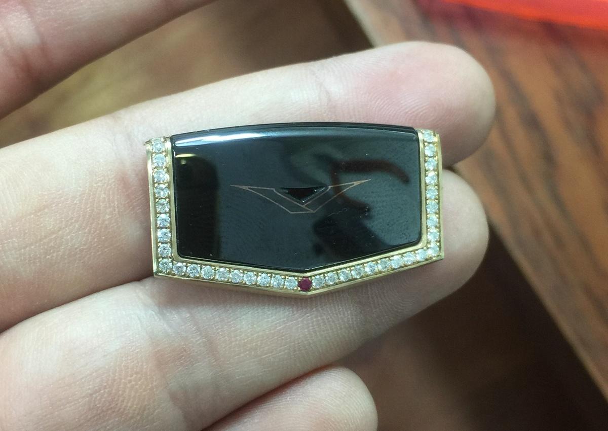 Phần khung loa thoại đính kết 68 viên kim cương và 1 viên Ruby huyết bồ câu hoàn toàn thủ công nhằm tạo nên một điểm nhấn khác biệt.