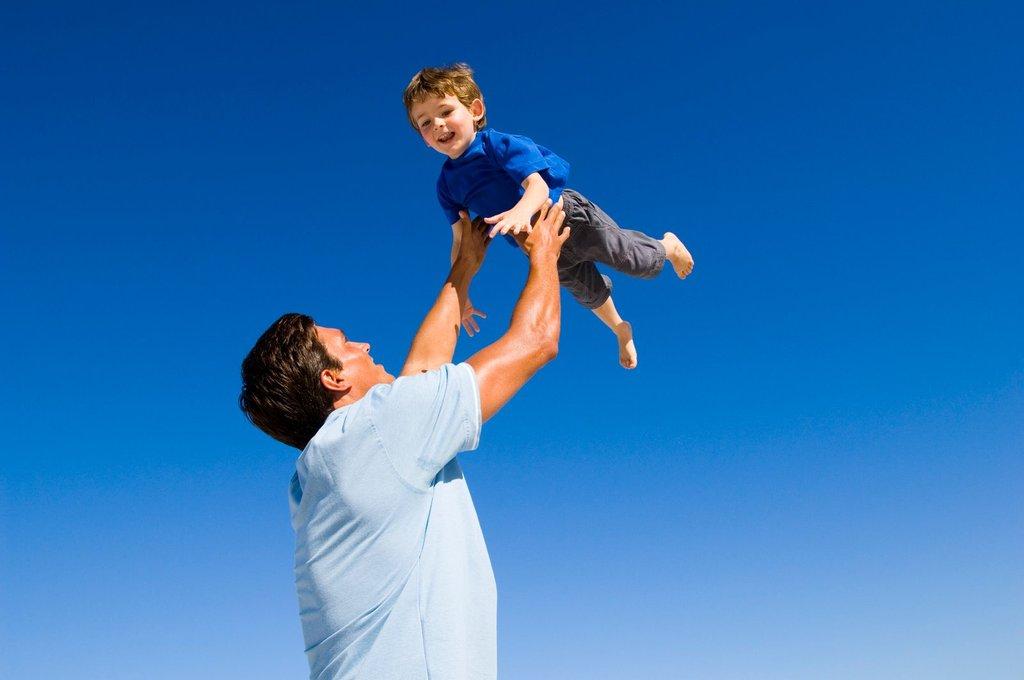 Sự quan tâm, yêu thương từ người cha sẽ giúp con trẻ thông minh hơn.