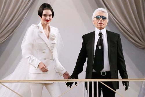Karl Lagerfeld cũng không mấy hào hứng với chiêu thức mới này.