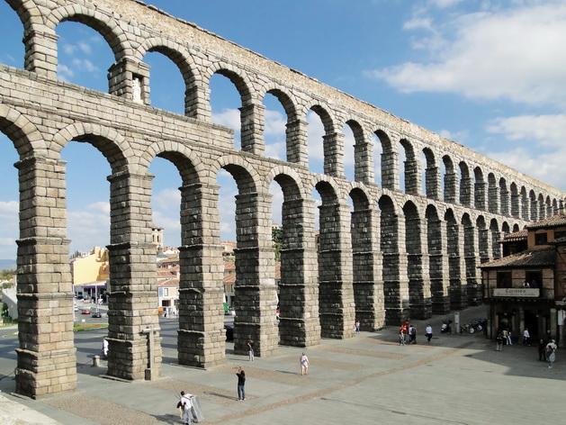 Hệ thống dẫn nước cổ đại Aqueduct ở Segovia