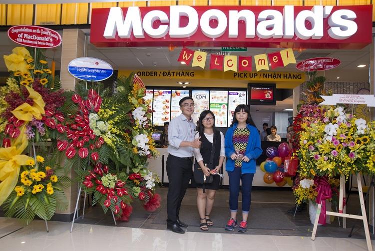 Thực khách sẽ được tặng kèm một túi quà McDonald's cho mỗi phần ăn EVM có kèm khoai tây chiên và nước uống trong hai ngày đầu tiên hoạt động 30 & 31/7.
