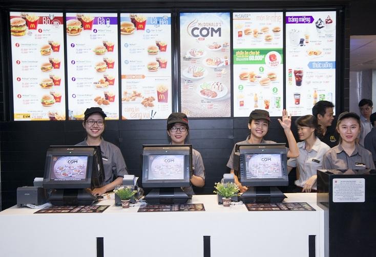 Đội ngũ nhân viên của McDonald's được đào tạo song ngữ bài bản.