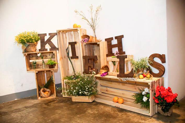 Khung cảnh tại buổi họp báo công bố 2 dòng sản phẩm mặt nạ và kem chống nắng mới của Kiehl's được trang trí với nhiều loại cây cỏ thực vật trong lành và tươi mát.
