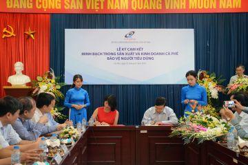 Đại diện Nestle Vietnam và VINASTAS ký cam kết ngày 2-7 tại Hà Nội