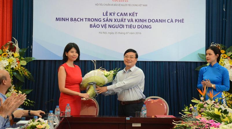 Bà Trần Thanh Vân, Trưởng phòng Truyền thông đối ngoại Nestle Việt Nam nhận hoa của ông Vũ Văn Diện