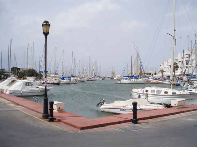 Khu bến cảng Almerimar đầy ắp du thuyền