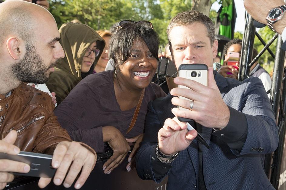 Siêu điệp viên Jason Bourne selfie cùng fan hâm mộ tại Pháp.