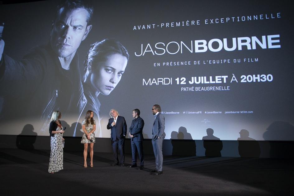 Ekip bộ phim trên sân khấu giao lưu với fan hâm mộ tại Pháp.