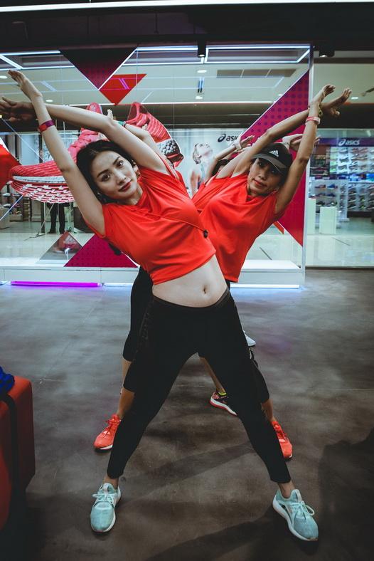 Yaya Trương Nhi tạo dáng cá tính cùng các bạn tại cửa hàng adidas Saigon Centre
