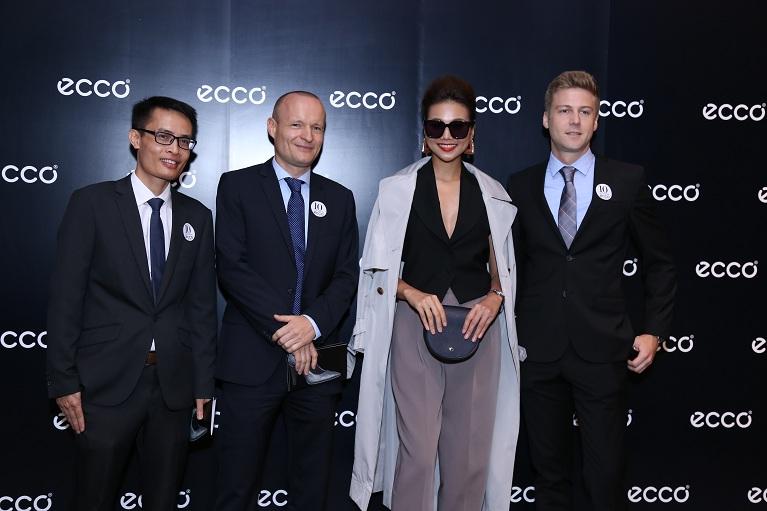 Ông Vũ Quang Hưng. Tổng Giám đốc TBS Sport và Ông Morten Lauge Jensen, Tổng Giám đốc ECCO Đông Nam Á (thứ 1 & 2 từ trái sang) .