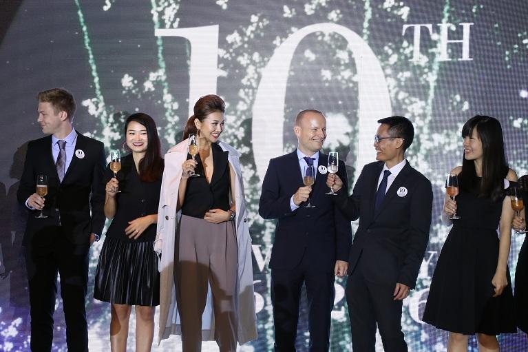 Ban Giám đốc của ECCO và khách mời chúc mừng kỷ niệm 10 năm ECCO có mặt tại Việt Nam.