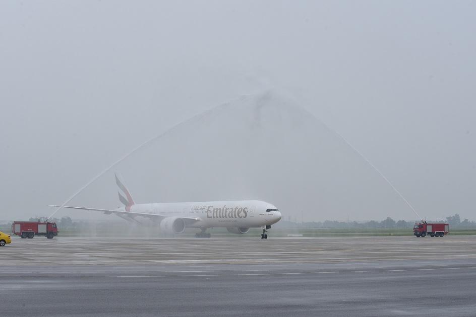 Máy bay mang số hiệu EK388 hạ cánh và thực hiện nghi lễ phun nước tại sân bay quốc tế Nội Bài.