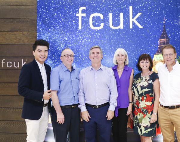 Từ trái sang: Ông Trầm Vinh Phước, ông Peter Rimmer – giám đốc BBGV, vợ chồng ngài Tổng Lãnh Sự Quán Anh - Ian Gibbons, và bạn bè