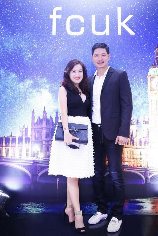 Vợ chồng Bình Minh – Anh Thơ đẹp đôi với đồ tiệc ton-sur-ton trắng đen quyến rũ, thanh lịch của fcuk