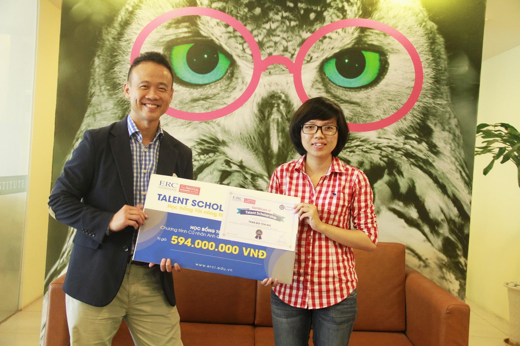 Ông Warren Eng – Giám đốc ERC International trao Học bổng toàn phần cho bạn Trần Bội Yến Nhi.