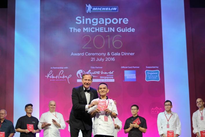 Đầu bếp của tiệm Hong Kong Soya Sauce Chicken Rice & Noodle trong đêm gala trao thưởng của Cẩm nang Michelin