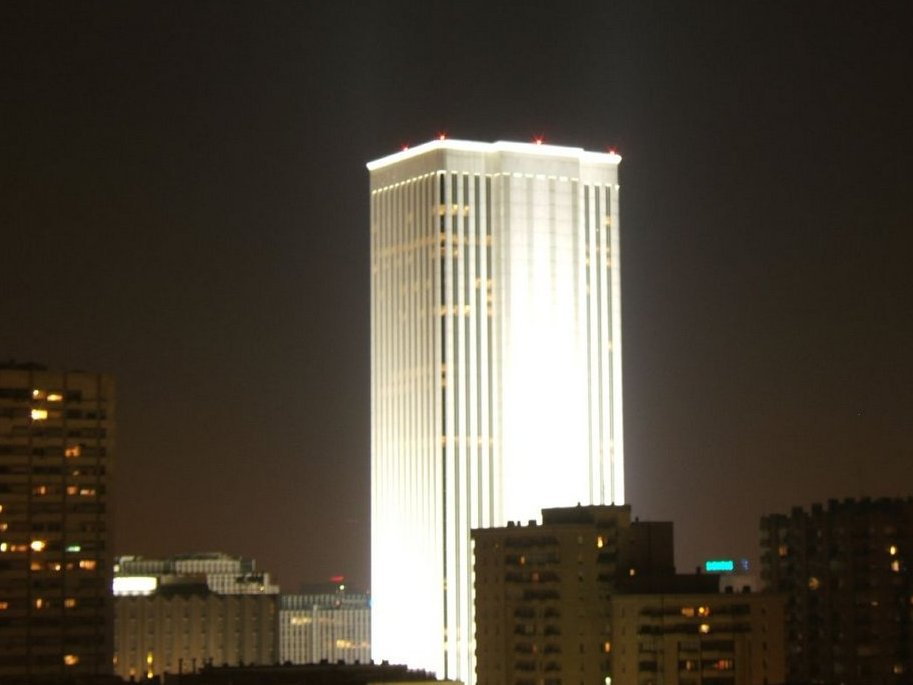 Ông cũng mua tòa nhà cao nhất nước - Torre Picasso ở Madrid. Công trình này cao 157m và tiêu tốn 536 triệu USD.