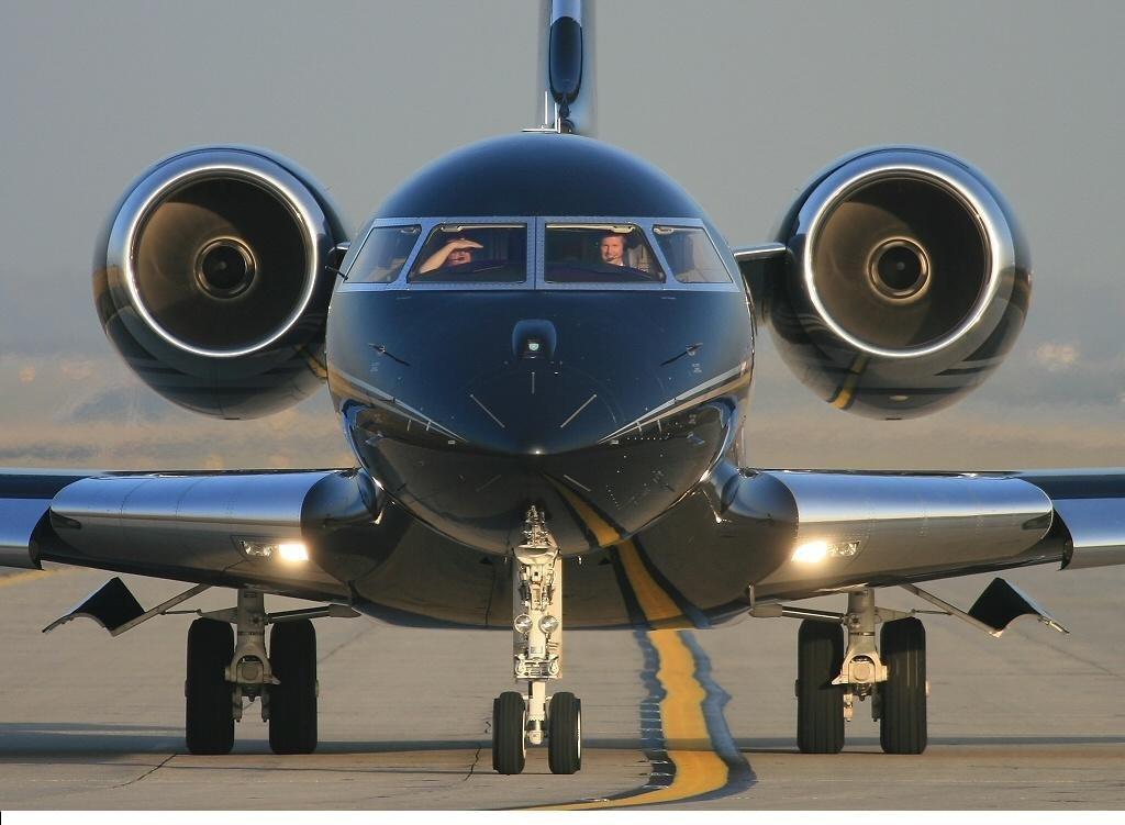 Ông cũng sở hữu Global Express BD-700 – một dòng chuyên cơ của Bombardier. Nó có giá 45 triệu USD.