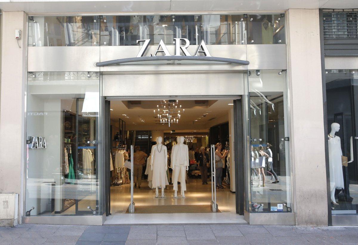 Ortega mở cửa hàng thời trang đầu tiên cùng vợ mình khi đó - bà Rosalia vào năm 1975. Ngày nay, công ty của ông đã có hơn 6.600 cửa hàng trên thế giới.