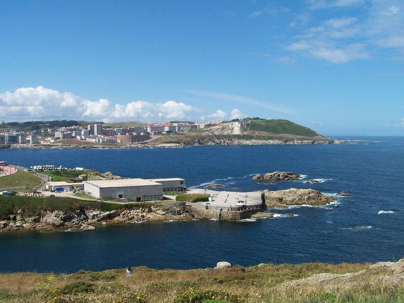 Ortega và vợ sống trong một căn hộ tại La Coruña (Tây Ban Nha), gần một cảng biển lớn bên bờ Đại Tây Dương.