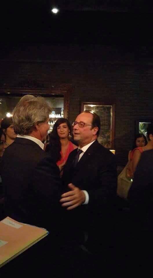 Bác sĩ Jean-Marcel Guillon bắt tay thân mật với Tổng thống Pháp.