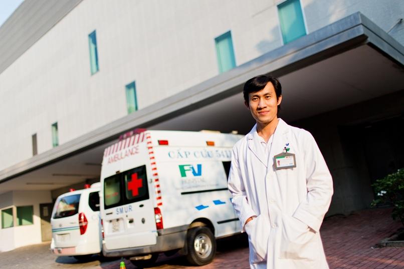 Bác sĩ Phạm Lưu Nhất Hoàng, Phó Khoa Cấp cứu, cùng xe cấp cứu Bệnh viện FV.