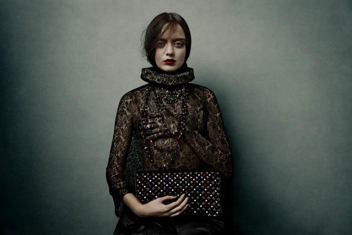 Đối với các sản phẩm da thuộc, ví Loubiposh là một ví dụ của việc tôn vinh nữ trang với đá quý đỏ, xanh dương, xanh lá và đinh tán kim cương.