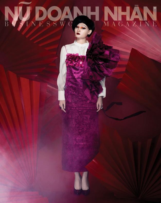Trang phục Quang Nhật - Giày Stuart Weitzman - Hoa tai Camel S