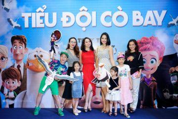 Hoa hậu Ngọc Diễm, diễn viên Mai Thu Huyền, hoa hậu Hương Giang, doanh nhân Anh Thơ và các con (từ trái qua phải).