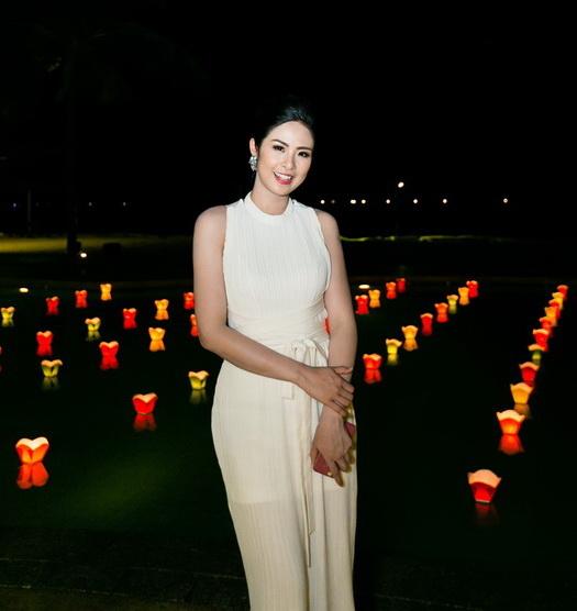 Ngọc Hân thích thú với lễ hội thả đèn ở Goldensand Hội An