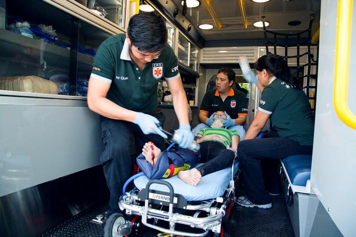 Bệnh nhân được sơ cứu trước khi chuyển đến viện.