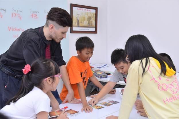 Sự tương tác giữa thầy và trò trong lớp học có quy mô nhỏ giúp học sinh AEG tiến bộ nhanh chóng và rõ rệt.