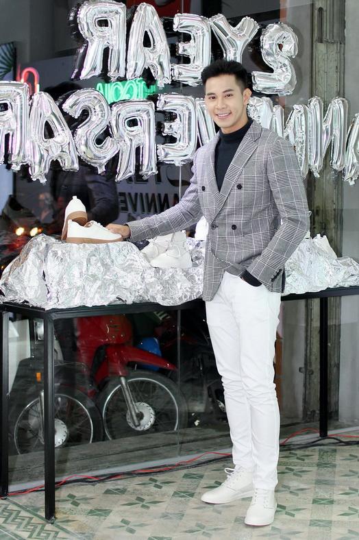 Ca sĩ – Người mẫu Hồ Vĩnh Khoa thích thú với xu hướng giày trắng trong bộ sưu tập White Mobile.