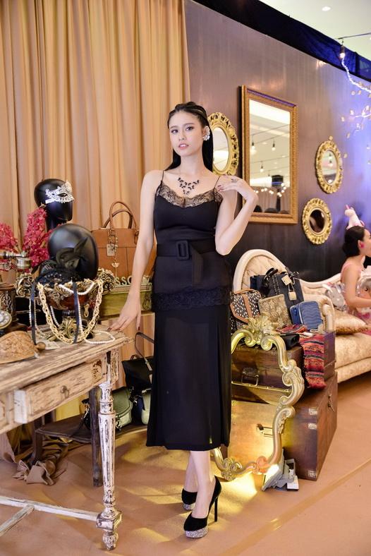 Tạo dáng bên một góc trang trí đậm chất vương giả, Trương Quỳnh Anh gợi cảm và tinh tế khi kết hợp bộ cánh slip dress cùngphụ kiện Accessorize.