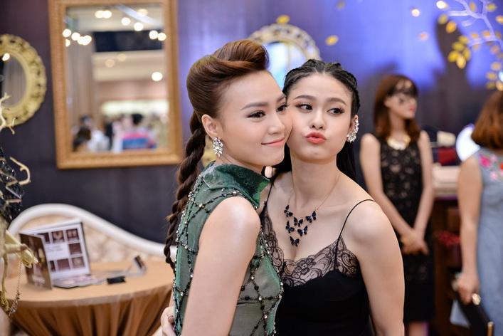 Hai người đẹp hội ngộ tại đêm tiệc, nổi bật với các phụ kiện trong dáng vẻ kiêu sa và không kém phần nhí nhảnh, nữ tính.